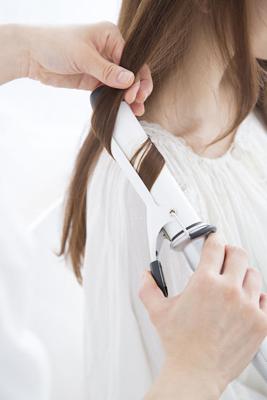 巻き髪キープ方法 雨の日は強めにカールをかけるのがコツ