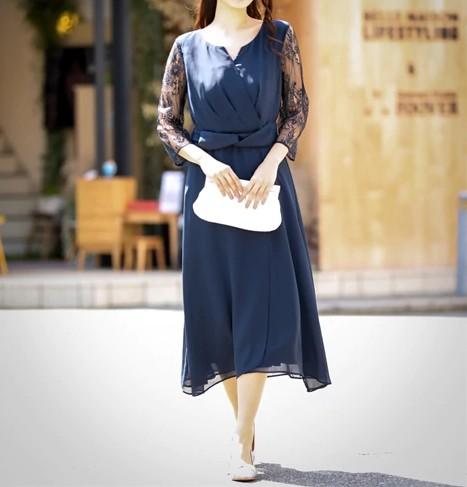 デコルテをみせるキーネックデザインドレス グラマーさんにおすすめのドレス